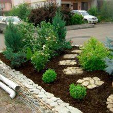 Садик таунхаусе Кладка подпорных стенок Забота о растениях